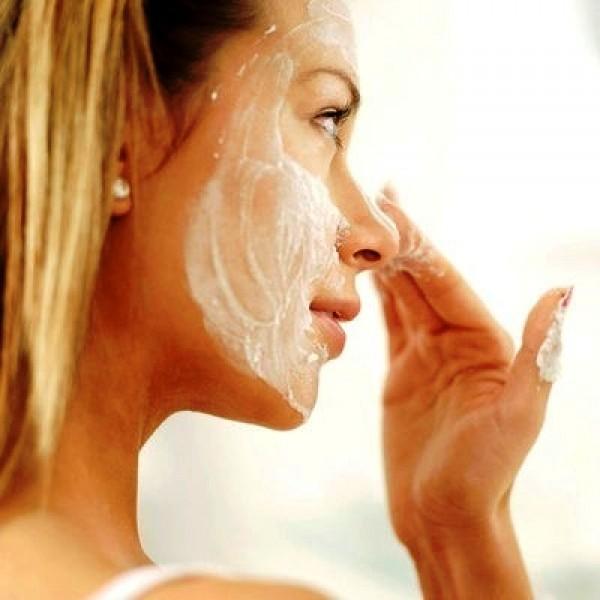 маска отбеливающая на лице девушки
