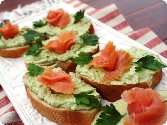 бутерброд с авокадо и красной рыбой
