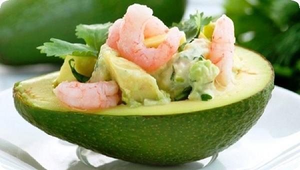 авокадо с зеленью и креветками