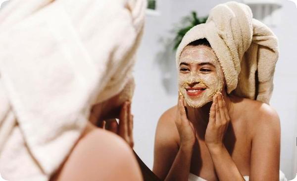 маска из авокадо на лице женщины