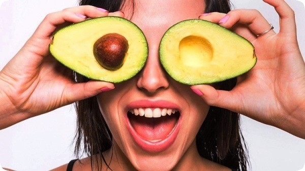 женщина с авокадо в руках